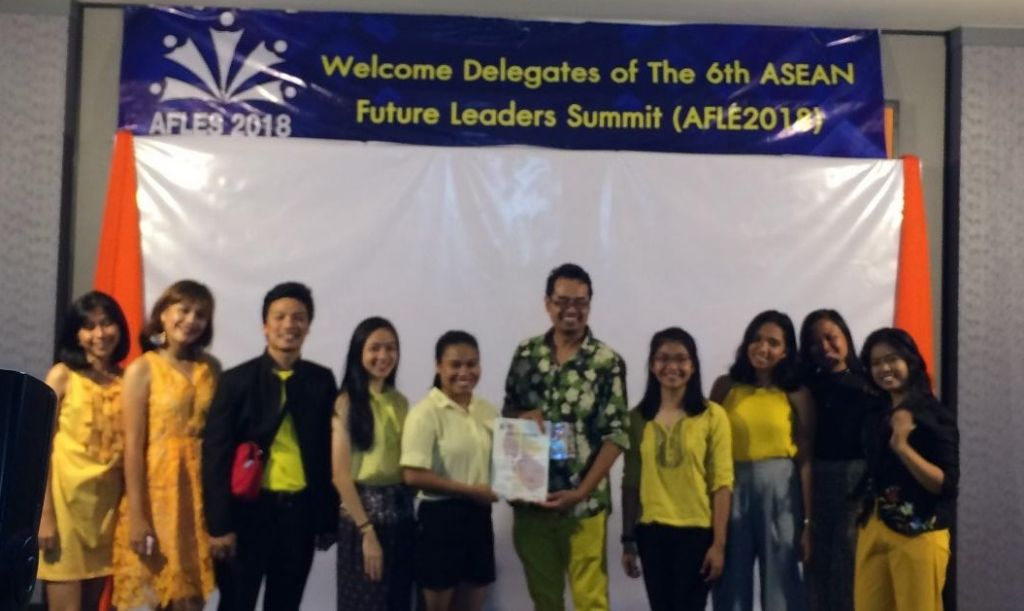 Mr. Rolly James Cheng (third from left) with the 9 Filipino delegates pose for a shot with Dr. Anees Janee Ali (6th from left), Founder and Advisor, PSA-USM and AFLES 2018.